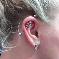 Nordik Piercing: Studio de piercing dans le 76: piercing industriel avec barbell industriel feuille cristal