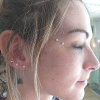 Nordik Piercing: Studio de piercing dans le 76: Piercings lobe + piercing oeil de chat (anti-eyebrow) avec bijoux Swarovski